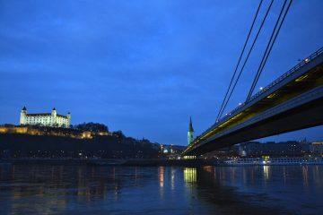 cosa fare a bratislava: ponte nuovo, cattedrale e castello nell'ora blu