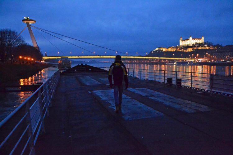 battello sul danubio con vista su ponte novy most e castello di bratislava