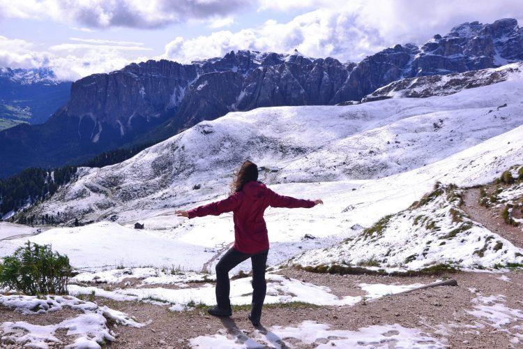 giro ad anello intorno al sass de putia: valentina alla forcella in mezzo alla neve