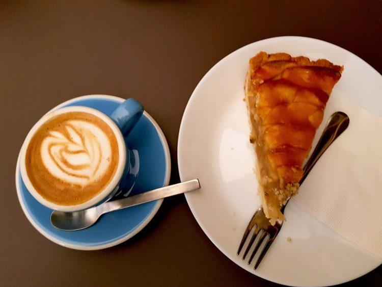 Caffetterie e pasticcerie a Budapest: caffè macchiato e torta di mele al trinity cafè