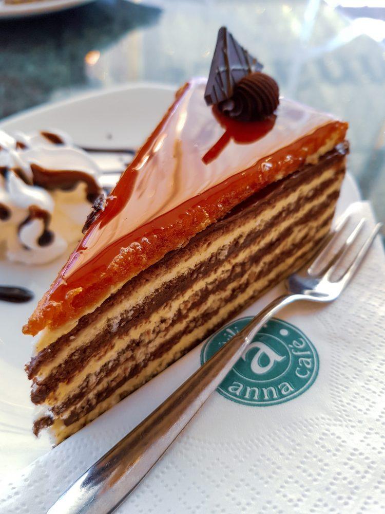 cosa e dove mangiare a budapest: fetta di torta dobos