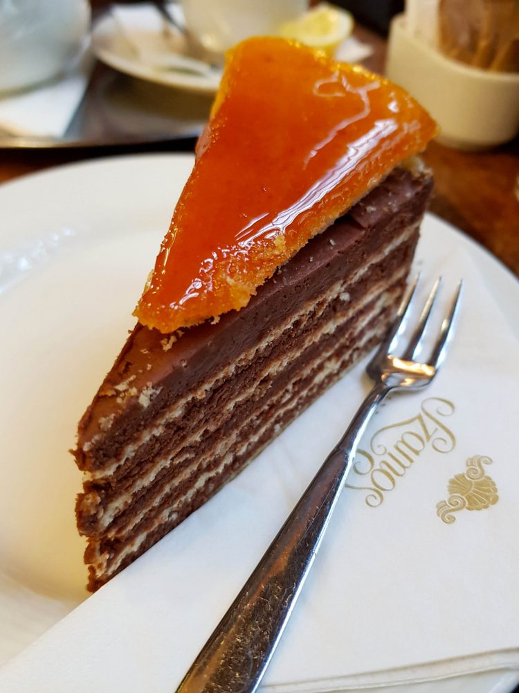 Caffetterie e pasticcerie a Budapest: fetta di dobos torta