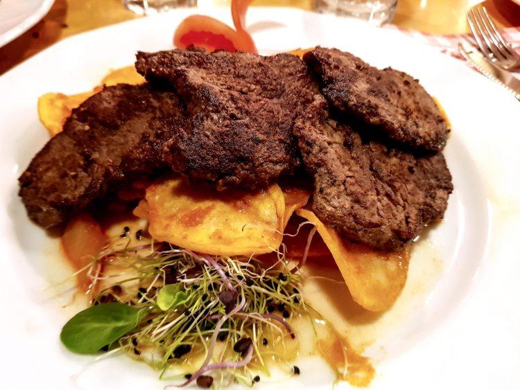 medaglioni di carne di manzo con patate, pomodori e paprika