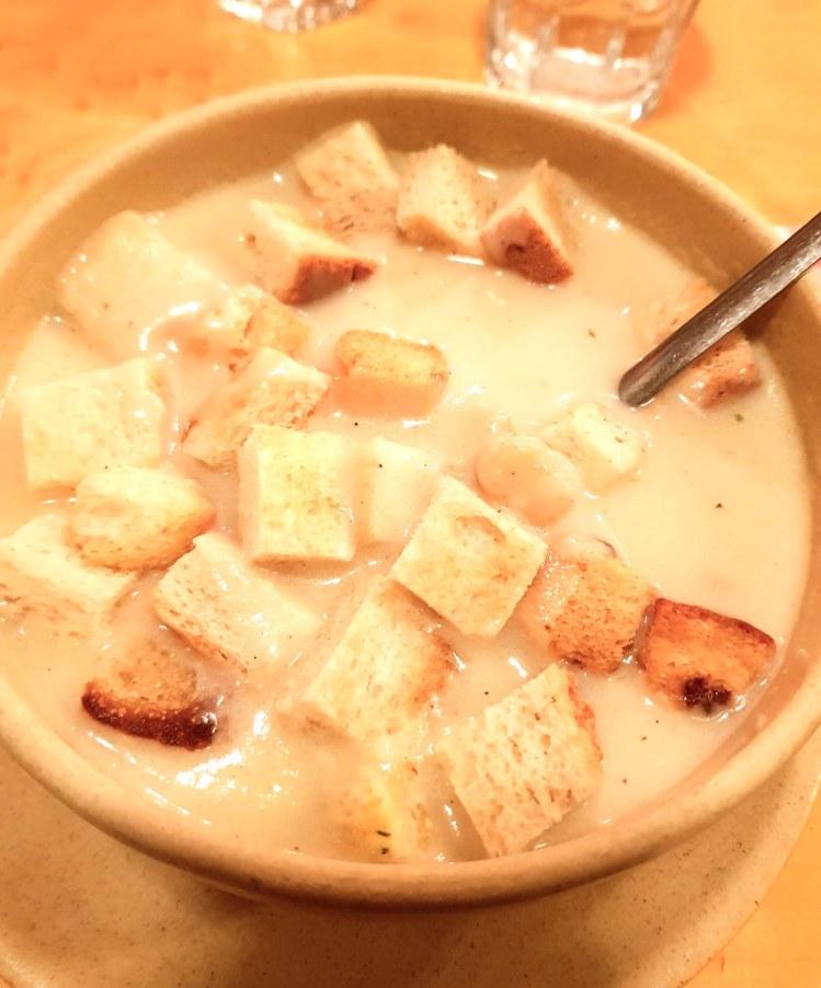 dove mangiare a budapest: zuppa all'aglio con crostini di pane