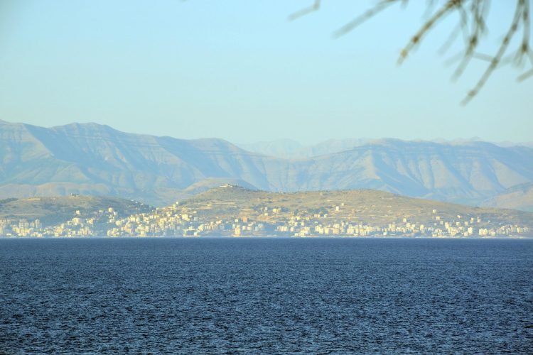 veduta sulle coste albanesi, con città e montagne