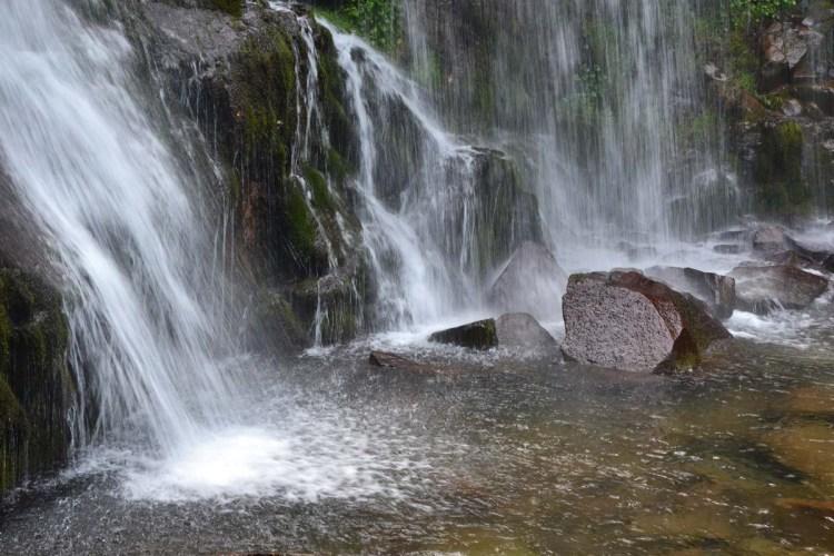 gita alle cascate del dardagna: pittoresche rocce lambite dalle acque delle cascate