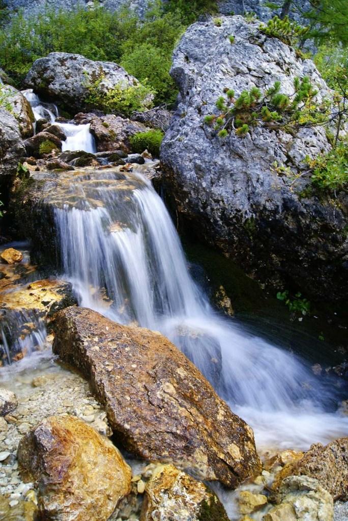 tratto delle cascate del pisciadù, tra le rocce