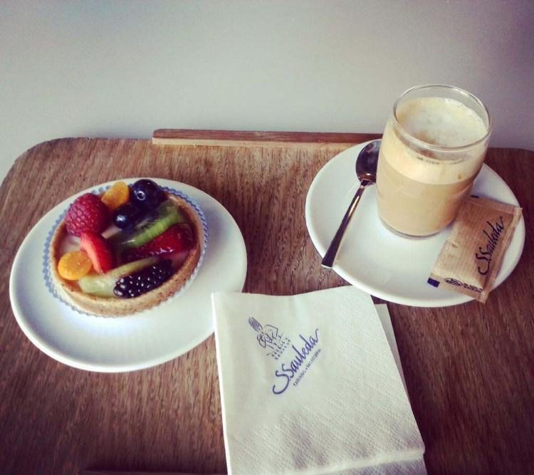 colazioni e pause golose a barcellona: tartelletta di frutta e caffè macchiato alla cafeterìa sauleda