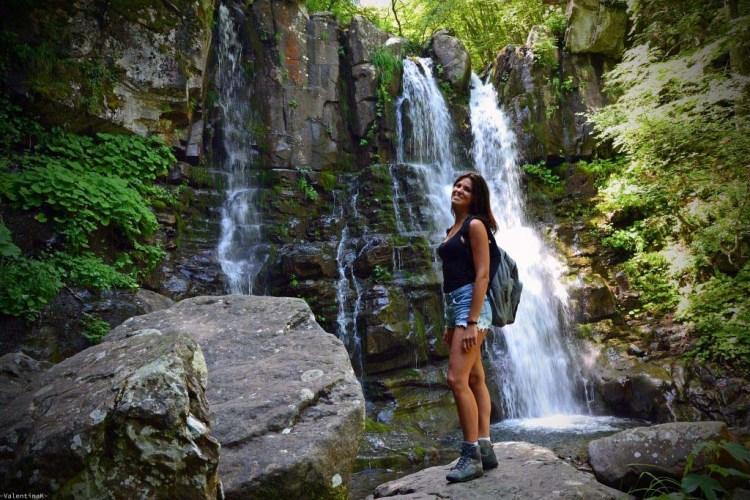 gita alle cascate del dardagna: valentina felice nei pressi di uno dei salti delle cascate