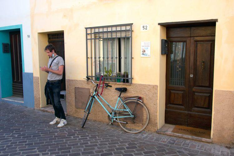 borgo san giuliano: mattia, i muri colorati e una bicicletta