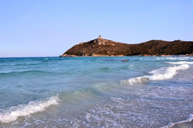 spiaggia di porto giunco con torre aragonese