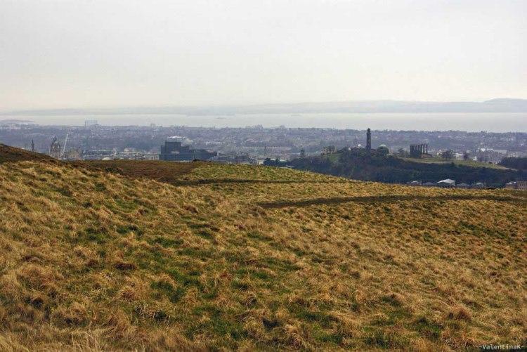 prati e panorama verso Calton Hill da Arthur's Seat