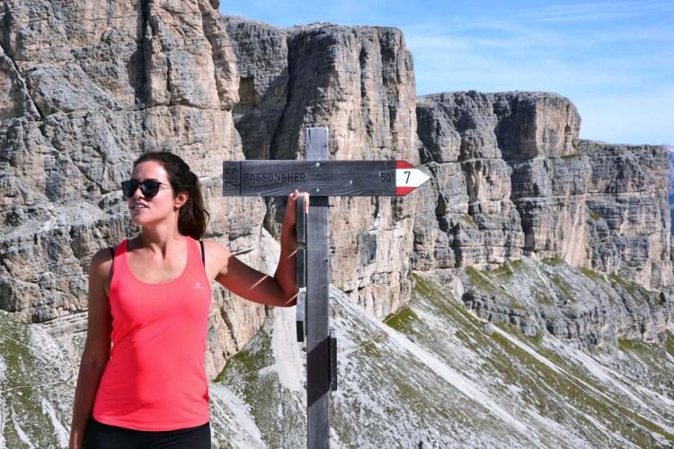 valentina alla forcella del sassongher con il cartello che segnala la via per la cima