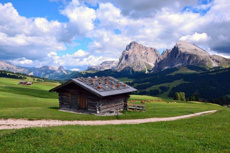 baita di legno presso l'alpe di siusi