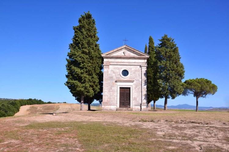 facciata principale della piccola cappella della madonna di vitaleta, con i suoi caratteristici cipressi