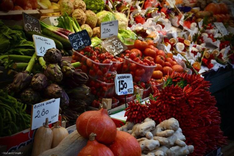 natale a bolzano: i banchetti del tradizionale mercato in piazza delle erbe