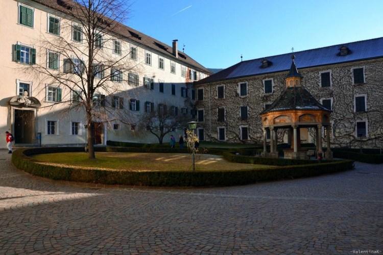 luce invernale, pozzo delle meraviglie, cortile dell'abbazia di Novacella