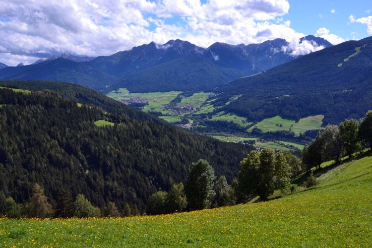 panorama di prati e montagne sulla val pusteria