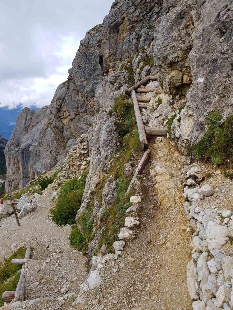 escursione alle gallerie del lagazuoi: tratto del sentiero poco prima dell'ingresso in galleria