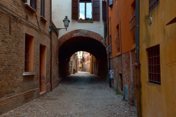 cosa vedere a Ferrara: la celebre via delle volte
