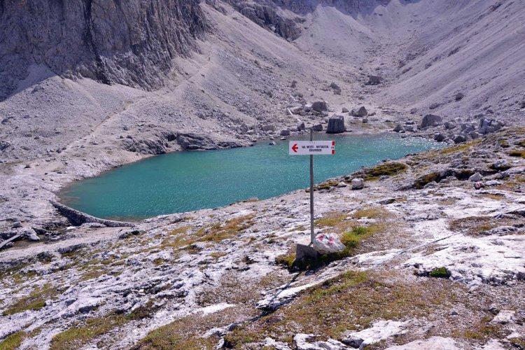 il bel lago pisciadù con cartello per la val de mezdì
