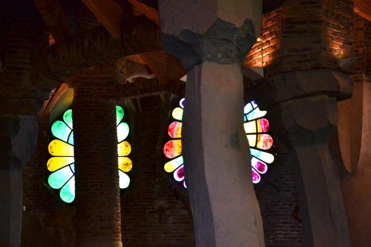 le colonne in pietra e le vetrate all'interno della cripta della colonia güell