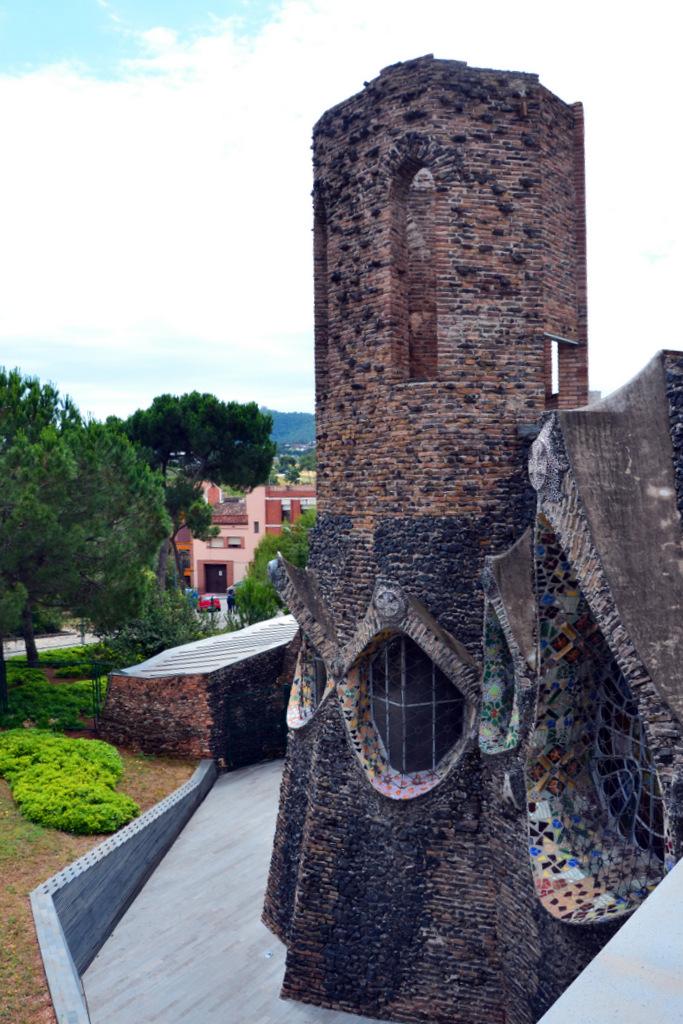 la cripta della colonia güell: una delle torri della costruzione modernista