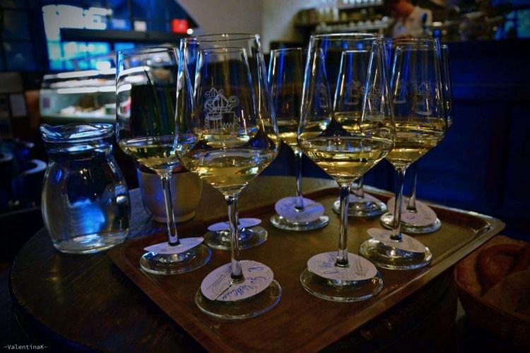 calici di vino bianco per la degustazione di vini dell'abbazia di novacella