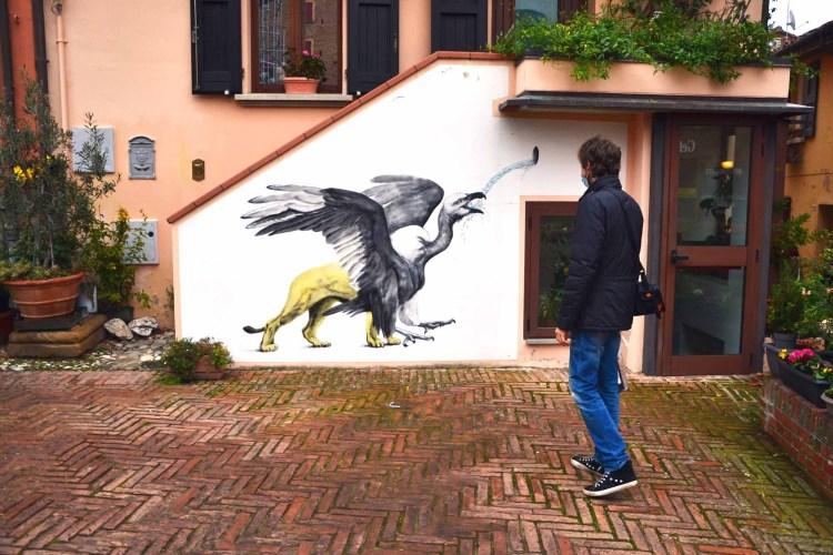 visitare dozza - Mattia e il murales con l'animale piumato magico