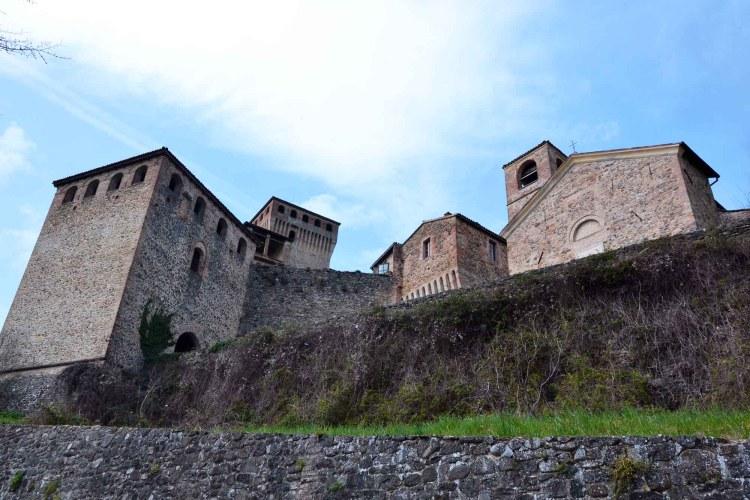 visitare il castello di torrechiara: visuale del complesso dal basso