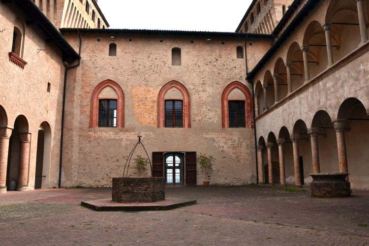 visitare il castello di torrechiara: il cortile