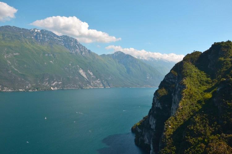 Da Riva del Garda al lago di Ledro in bicicletta: veduta sul lago di garda dal sentiero del ponale