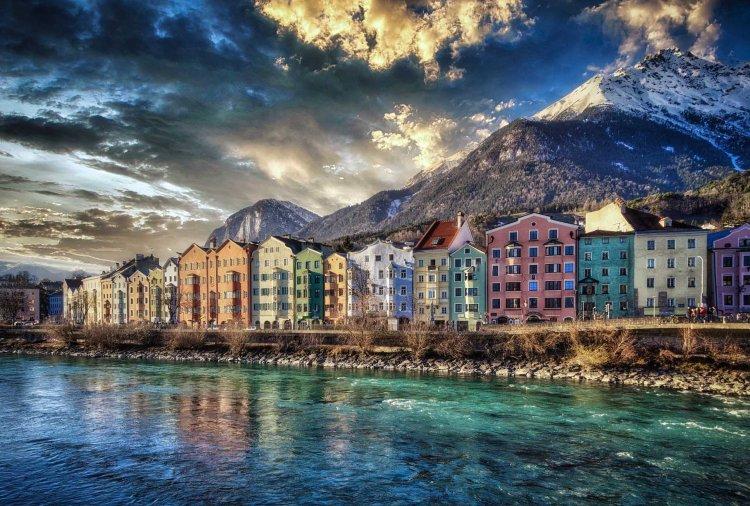 Cosa fare a Innsbruck in estate: la veduta sul fiume e le case colorate
