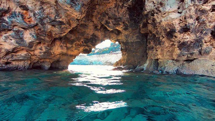 spiagge imperdibili nella sicilia sudorientale: arco naturale vicino alla roccia dei teschi