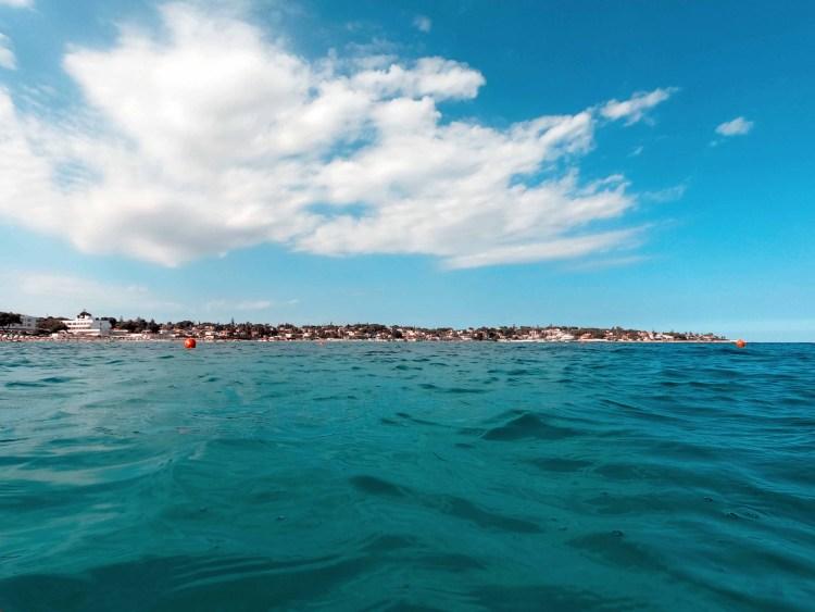spiagge imperdibili nella sicilia sudorientale: spiaggia di fontane bianche vista dal mare
