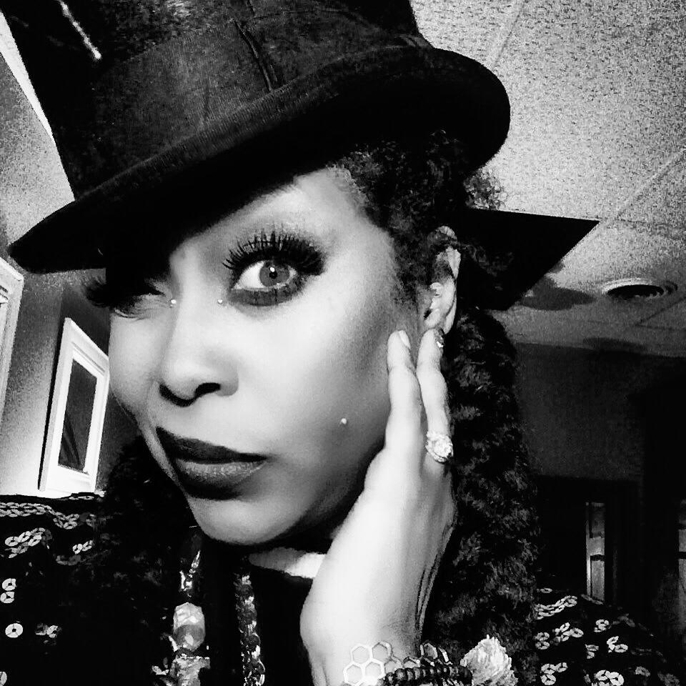 Erykah Badu Challenges You To Put Your Phone Down