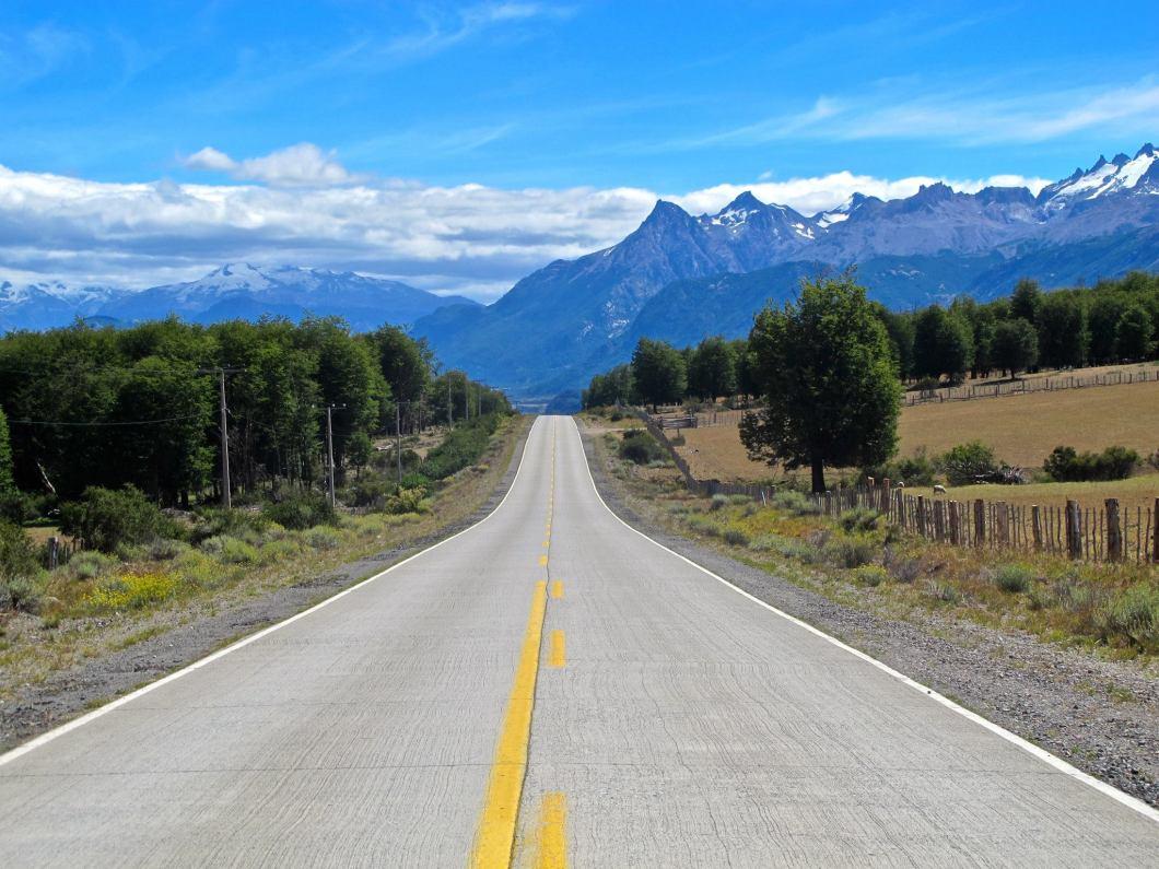carretera-austral-montañas-asfalto