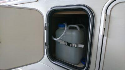 キャンピングカーの水タンク