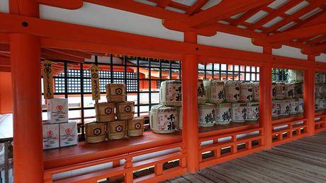 厳島神社 たくさんの酒樽の供え物