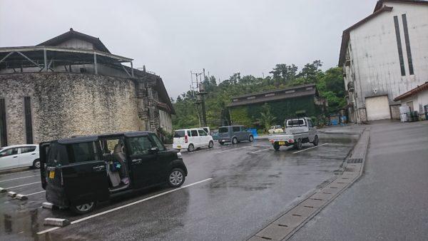 ヘリオス酒造工場駐車場