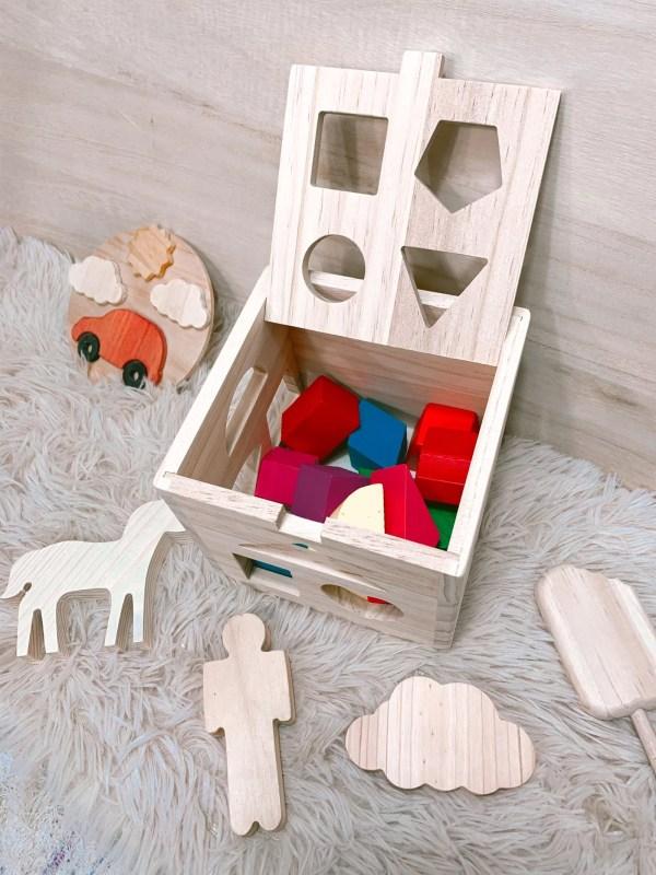 cubo de madera con piezas para encajar
