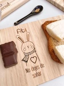 tabla de desayuno infantil grabado en madera