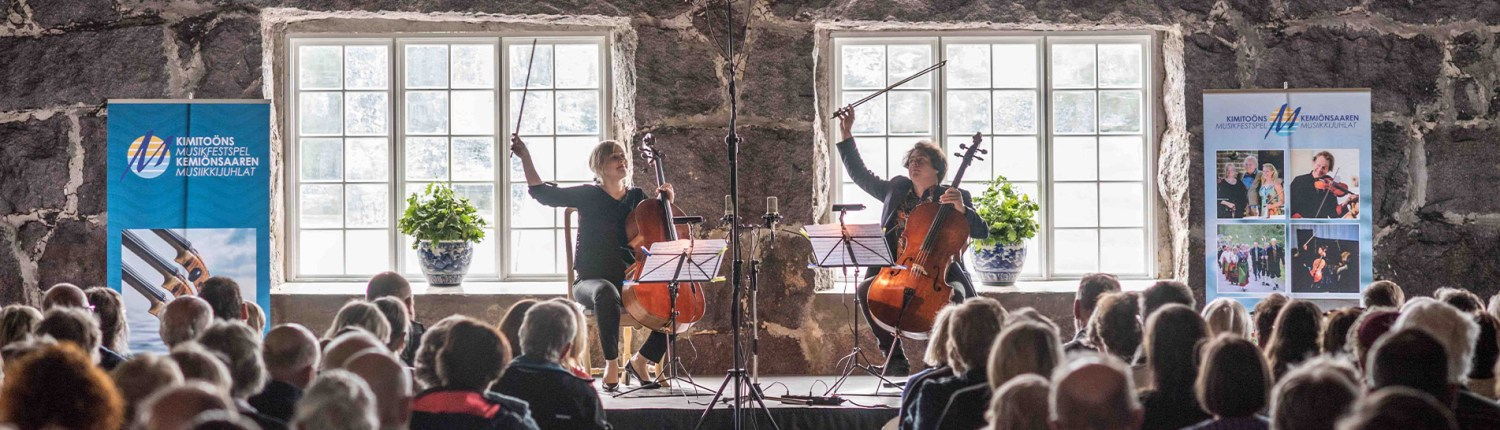 Cellists Senja Rummukainen and Samuli Peltonen in Wijk Manor 2019