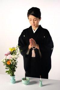 葬儀で着物の喪服を着ている女性2
