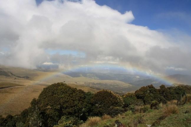 Mooie regenboog bij vulkaan Puracé, Colombia