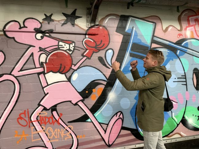 Jongen bokst met Pink Panther graffiti in Hamburg