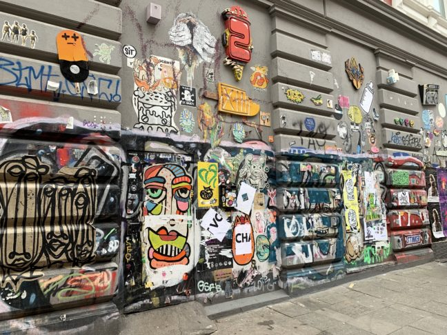 Gebouw met veel street art