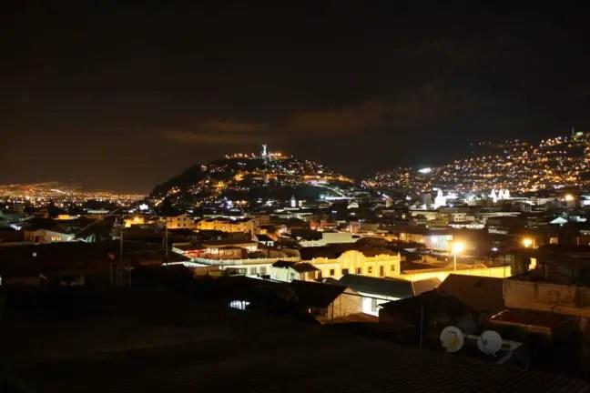 Uitzicht over Quito vanaf het dakterras van The Secret Garden Quito.