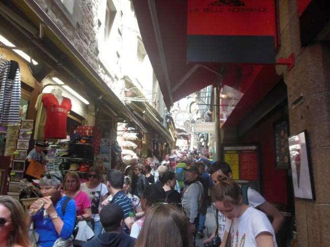 drukte in hoofdstraat Mont Saint Michel