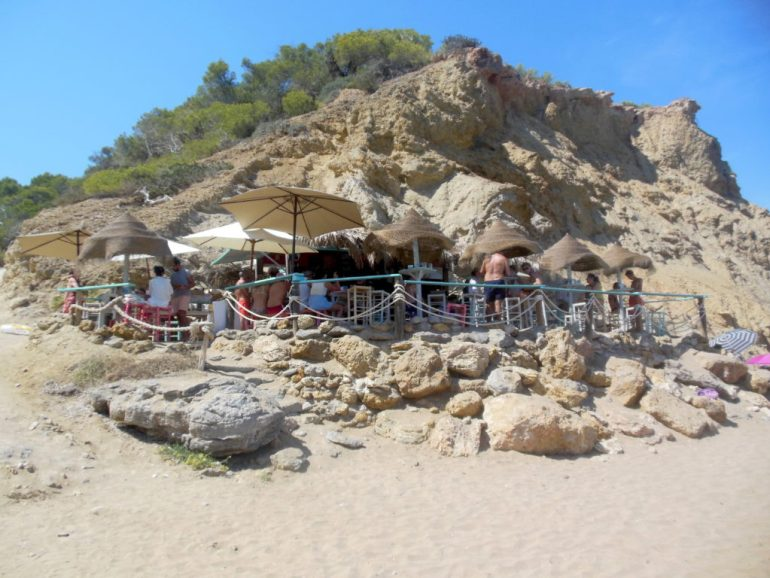 Chiringuito op het strand van Aguas Blancas - strandtentje tegen de rotsen aan